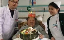肝胆外科:为患者送生日蛋糕