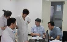 邹圣福到德江县人民医院检查指导危重孕产妇和新生儿救治工作